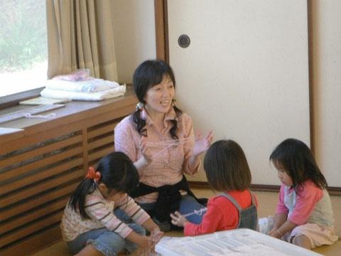 先生があやとりをしていると、女の子達が集まってきました。