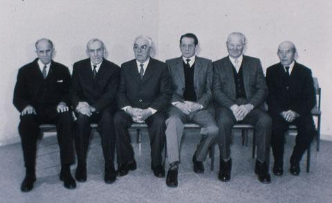 Gründungsmitglieder der Freiwilligen Feuerwehr von 1934. Die Aufnahme entstand 1985, anläßlich des 50-jährigen Bestehens und zeigt von links: Friedrich Heise, Willi Henze, August Sauthoff, Richard Herre, Willi Hoppe und Heinrich Rohmeier.