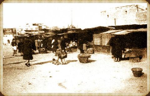 Cajones de verduras y fruta en lo que hoy es la plaza de Prosperidad, antecedente del Mercado de Prosperidad
