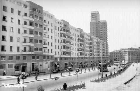 Avenida de América en 1961, desde C/Cartagena mirando a C/Francisco Silvela. La acera de la Gindalera con los edificios ern construcción. (Foto facilitada por Enrique Álvarez Yuste)
