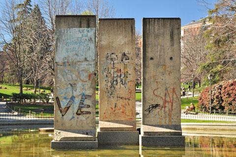 """Trozos del """"muro de la vergüenza"""" desde 1990 en la laguna norte"""