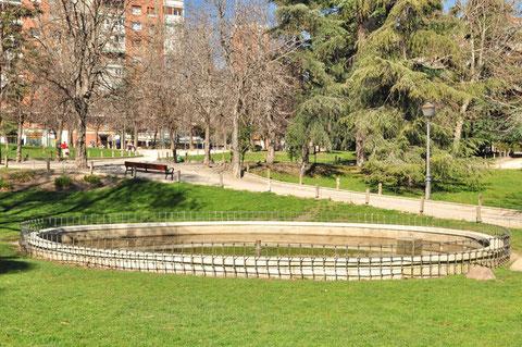 Fuente ovalada en la la zona central y media del parque