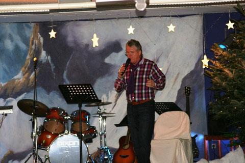 """(Bild: Weihnachtskonzert am 22.12.2010 - Feldkirchnerhof -mein Auftritt- zu Gunsten der Tiere) - hier interpretiert Peter sein neuestes Weihnachtslied """"Weihnachten wie damals"""""""