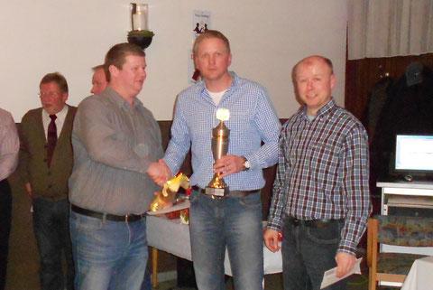 Thorsten Determann und Stefan Brink gratulieren den Jahrespokalsieger