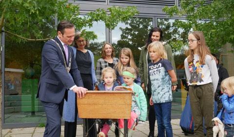 Kinderen van de Werkplaats Kindergemeenschap lezen voor aan burgemeester Potters.