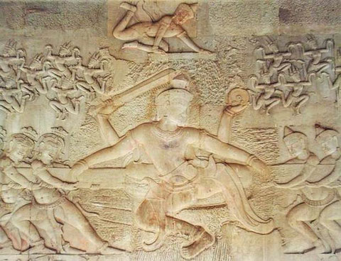 RELIEVE EN ANGKOR WAT — Los dioses, debido a la maldición del iracundo sabio Durvasa, habían comenzado a perder la inmortalidad. Con la ayuda de los demonios asuras batieron el océano de leche para encontrar el néctar de la inmortalidad. Tras beberlo, los
