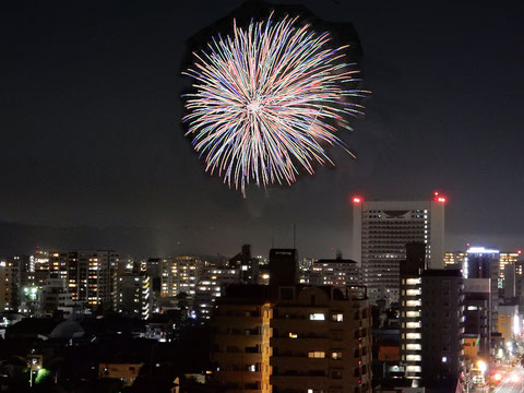 北側共用廊下より西方面上空に上がる「筑後川花火大会」の花火