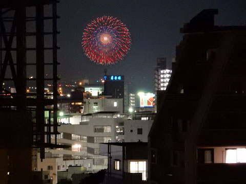 北側共用廊下より北東方面上空に上がる「小郡花火大会」の花火