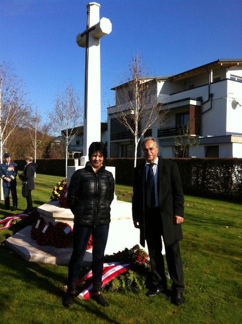 Besuch des englischen Soldatenfriedhofs in Waidmannsdorf. Am Foto mit Gemeinderat Johann Zlydnyk