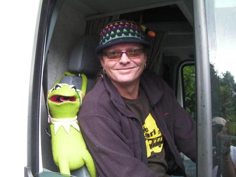 マペットを愛する気難しくて心優しいさすらいのバスドライバー マークライリー