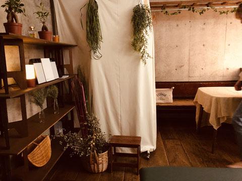 白い布カーテンの向こうはお着換えスペースです
