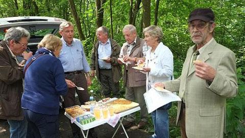 Eine kleine Feier im Naturwald zwischen Höfen und Rohren: Vorbesitzer Franz-Josef Clever (re.) hat das 2,5 Hektar große Laubwald-Grundstück dem NABU-Kreisverband Aachen-Land übertragen. Links: Vorsitzender Dr. Eike Lange. Foto: P. Stollenwerk
