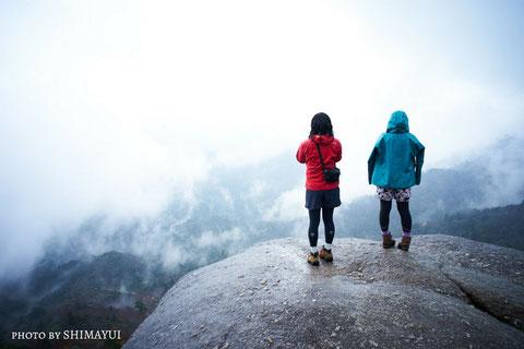 白谷雲水峡・太鼓岩、霧が抜けるのを待つ,宮之浦岳を望む