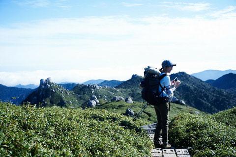 稜線から奥岳を望む(宮之浦岳縦走ガイドツアー)