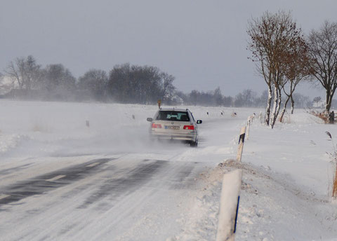 Der Schneepflug fährt zwar alle Nase lang, aber bei dem Wind ist er doch recht machtlos.....