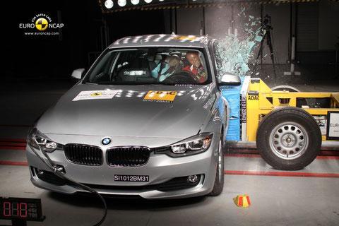 BMW Serie 3, choque lateral a 50 km/h