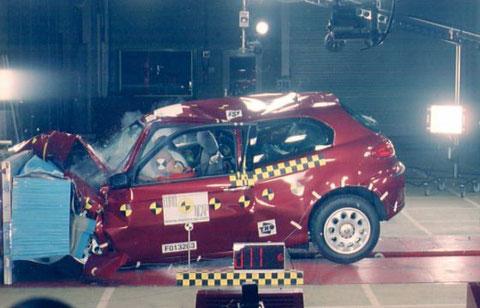 Alfa Romeo 147, de 2001, impacto frontal a 64 km/h