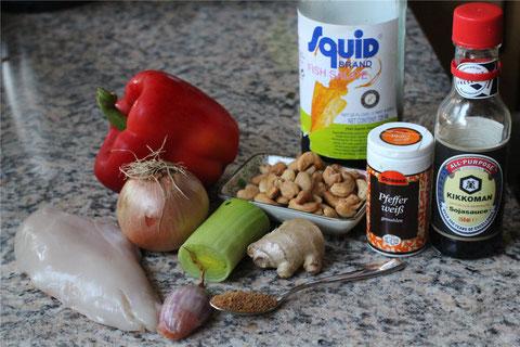 Die Zutaten für unseren Ausflug nach Thailand: Hähnchenfilet, Paprika, Zwiebel Porree, Schalotte, Ingwer, Cashews, Fischsauce, Sojasauce, weißer Pfeffer und Palmzucker