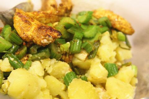 Die übrigen Zutaten: das gebratene Hähnchen, Kartoffeln, Staudensellerie