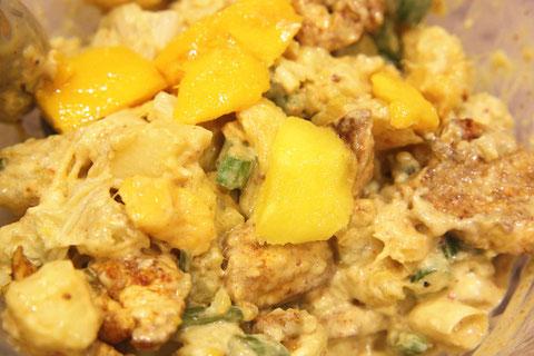 So sieht der fertige Kartoffel-Salat mit Mango, Hähnchen, Staudensellerie und Curry-Mayo-Dressing aus