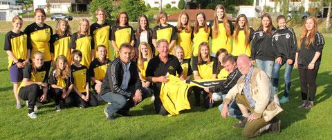 B- und C-Mädchen: Danke an Autohaus Hoffmann und Jürgen Pfister für die Kapuzen-Shirts