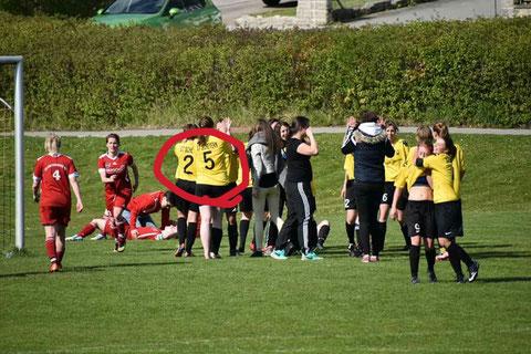 Lena hat es endeckt: der neue Punktestand der Mannschaft bereits auf den Trikots!