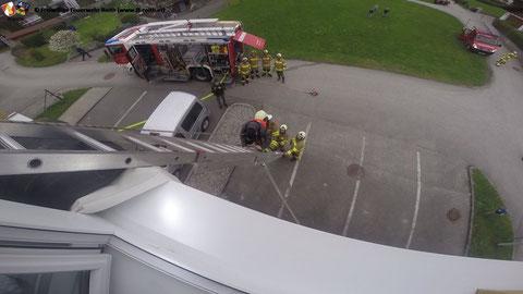 Rettung der eingeschlossenen Kinder über die Leiter
