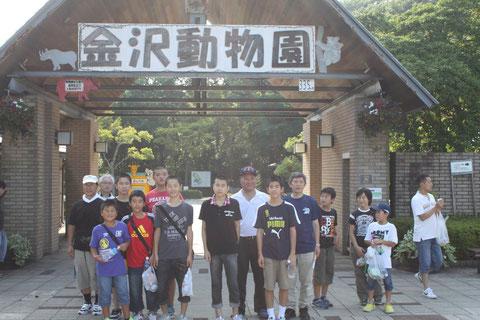 金沢動物園 ゲート前にて