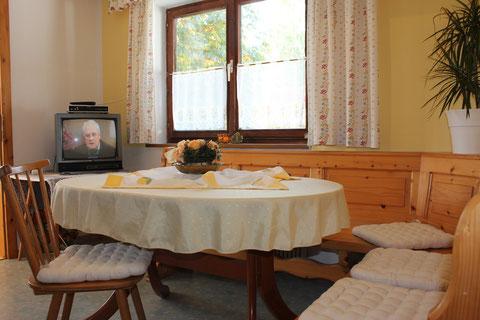 Sitzecke und Küche mit Sat TV