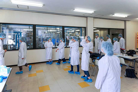 白衣、ヘアキャップ、マスク、シューズカバーを着用して工場見学へ。