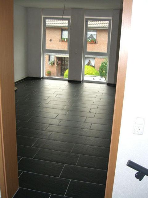 Wohnungseingangstür mit Blick aus dem Vorflur in den Wohn-Essbereich