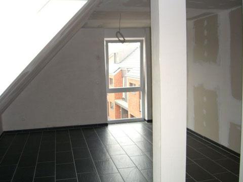 grosses Schlafzimmer mit bodentiefem Fenster