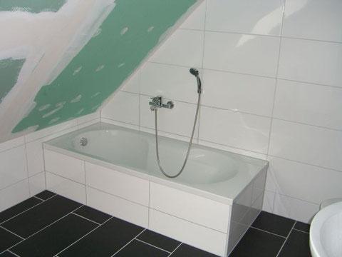 Bad mit Wanne und tiefem Einstieg