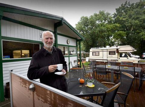 """Platzwart Friedhelm Schülling bietet den Gästen im """"Wohnmobil-Park Hexenland"""" auch schon mal eine Tasse Kaffee an. Das ist einer von zahlreichen Gründen, warum sie gerne wiederkommen. FOTO: markus van Offern"""