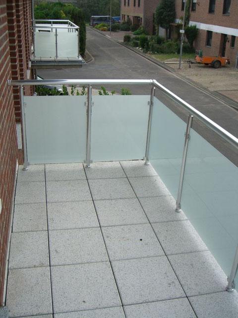 Balkon, Aluminiumgeländer mit blickdichter Acrylverkleidung