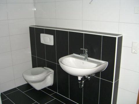 Bad, Toilette und Handwaschbecken
