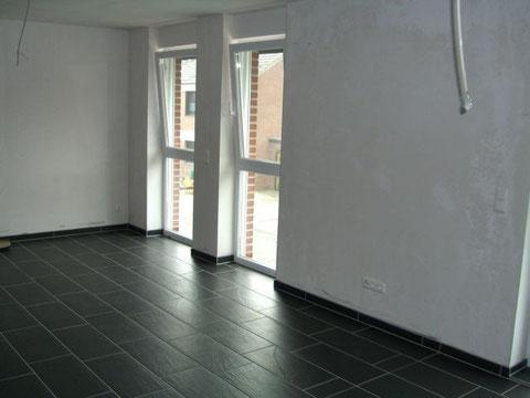 Wohn-/Essbereich mit bodentiefen Fenstern