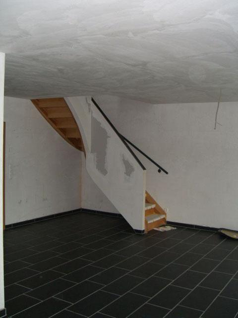 Treppenaufgang über Buchenholztreppe vom Wohnbereich in den Schlafbereich