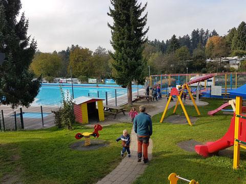 Spielplatz mit Schwimmbad