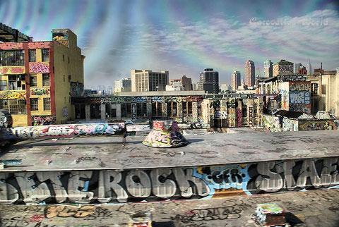 Graffiti an der Strecke nach Manhattan - aus dem Local Train fotografiert