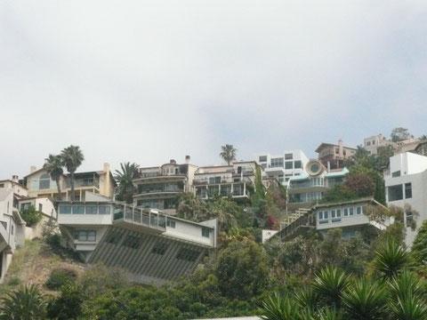 Das Haus links unten sieht aus, als wenn es beim letzten Erdbeben den Hang runtergefallen wäre... ;)