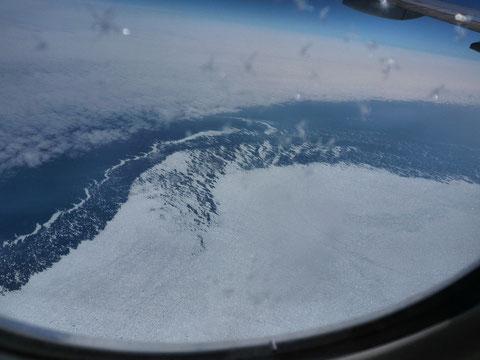 Blick aus dem Flieger auf Grönland