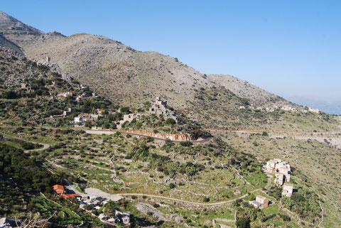 Paysage d'un village dans la région du Mani en Grèce, voyage à vélo en Grèce, bike touring