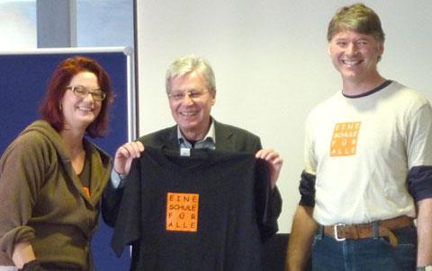 Ein T-shirt mit Vereinslogo für den Bürgermeister