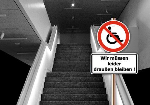 """Ein Treppenhaus mit Rolli-Fahrverbotsschild. Darunter der Text """"Wir müssen leider draußen bleiben!"""""""