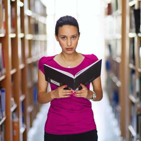 Studentin mit aufgeschlagenem Buch
