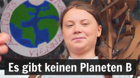Greta Thunberg lächelt in die Kamera. Darunter die Worte: Es gibt keinen Planeten B