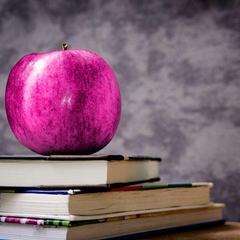 Apfel auf Schulbüchern