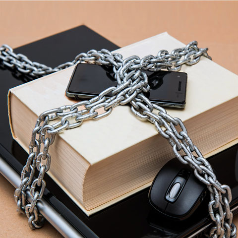 Buch, Smartphone und Notebook in Ketten