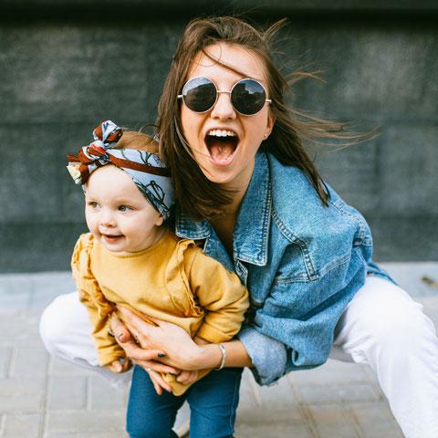 Mutter mit Tochter im Arm